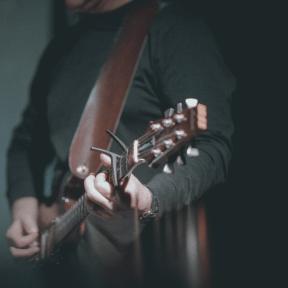 #Photo #FreePhoto #UNSPLASHIMAGE #violin #musician #instrument #family #bowed #string #violinist